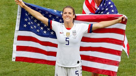 Kelley O'Hara scoops up dropped American flag, wins over