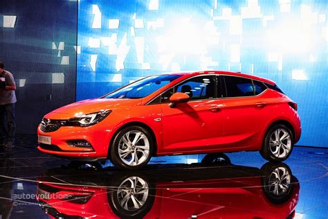 GM CEO Mary Bara Shows Opel Astra Sports Tourer in